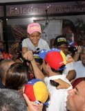 Capriles: Ellos enchufados y el pueblo sin luz