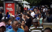 Largas colas no dan tregua a los venezolanos