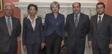 """Theresa May urge al gobierno mantener """"la separación de pode..."""
